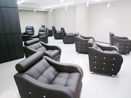 ネイル&まつげエクステ Terra銀座店の写真(全席リクライニングソファでゆったり過ごせるサロンです。)